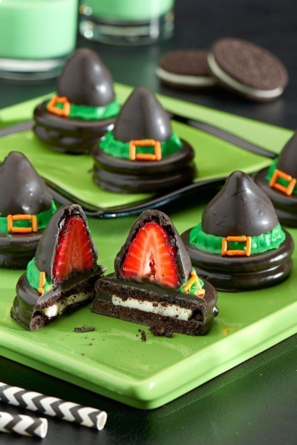 Más Recetas en https://lomejordelaweb.es/ | The witching hour is upon us so check out this spellbinding OREO Witches' Hats dessert recipe for your upcoming Halloween party. Halloween party ideas brought to you by Evite in partnership with NABISCO #ad #GhostessParty