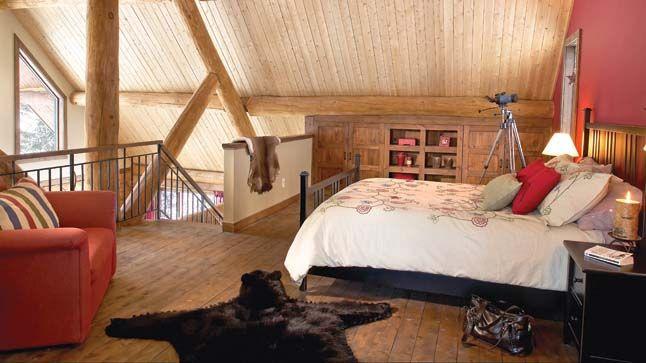 Inspiration Déco - Le bois à l'honneur | CHEZ SOI  ©TVA PUBLICATION | Photo: Yves Lefebvre #deco #bois #chambre #poutre #lit #fauteuil #accessoires