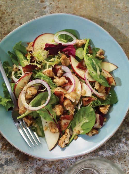 Salade verte aux pommes, noix, bacon et érable