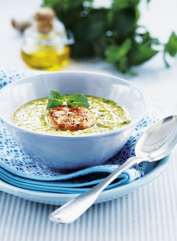 Grøn suppe med grillede kammuslinger
