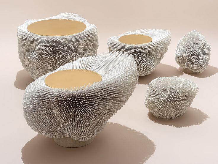 Pia Maria Raeder, designer allemande, présente la collection Sea Anemone, les tables d'appoint aux allures de sculpture travaillant le bois de hêtre.