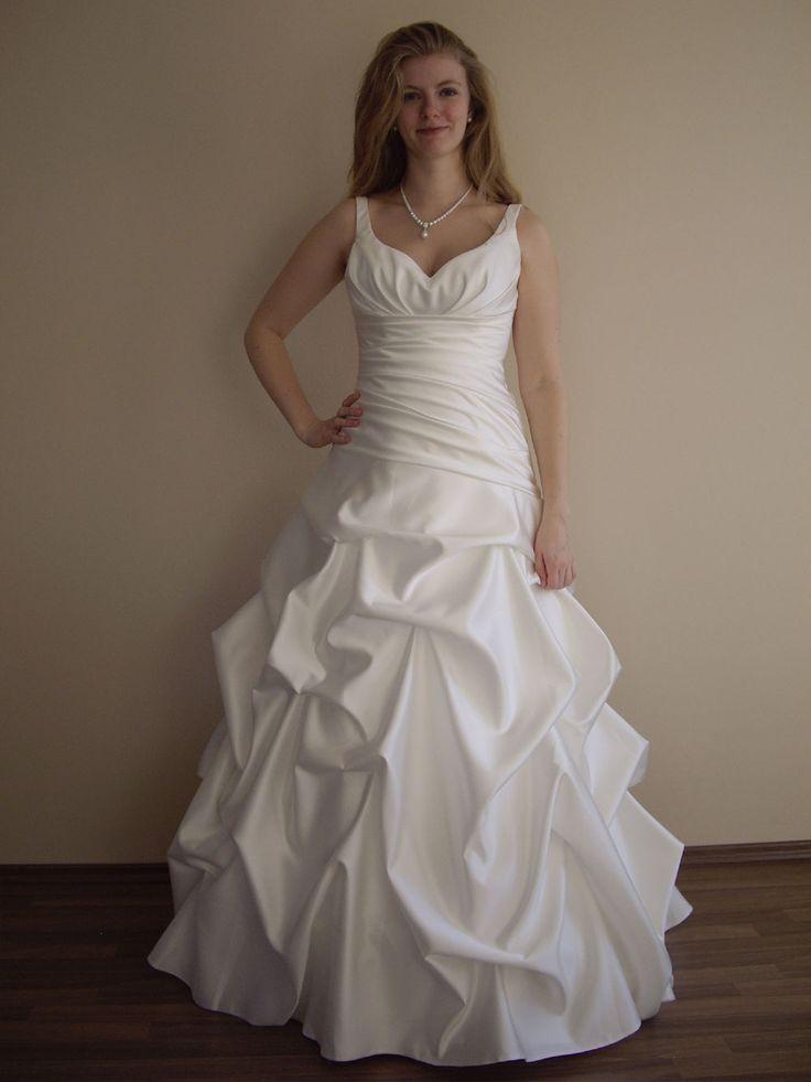 Dieses geraffte Prinzessin Brautkleid mit Trägern aus Satin und einem Ausschnitt in Herzform hatten wir als Ausstellungsstück anfertigen lassen um unseren zukünftigen Bräuten die gute Verarbeitung unserer Brautkleider zeigen zu können. Mittlerweile hat sich eine Braut in das Kleid verliebt und es uns abgekauft.
