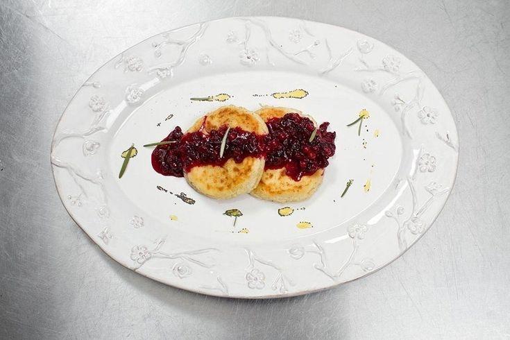 Сырники с бруснично-розмариновым вареньем рецепт с фото