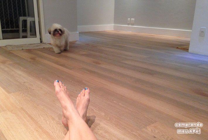 Meu piso vinílico, rodapés e parede cinza cromio da suvinil