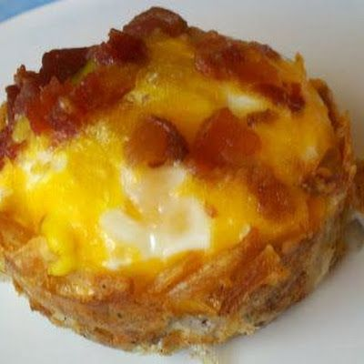 Hashbrown Egg Cupcakes @keyingredient #cheddar #bacon #cheese