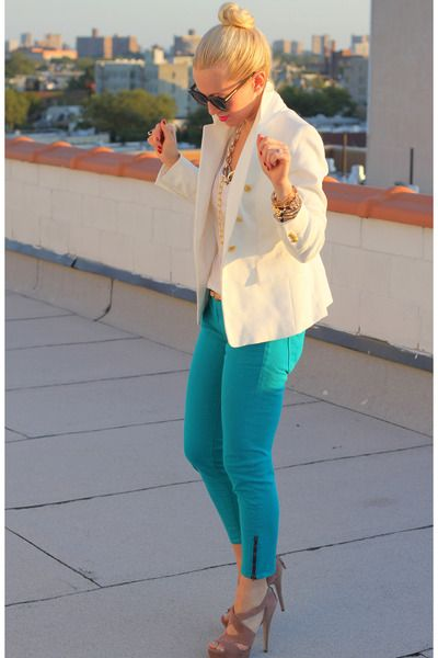 love the white on top and then the pop of color with the pants... gorgeous