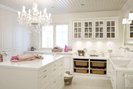 Hohtavan valkeaa tunnelmaa kodinhoitohuoneeseen. #puuvaja