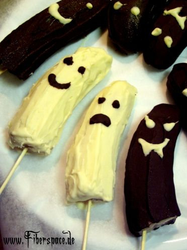 Die gefrorenen Bananengeister sind süß, gruselig und kommen dank ihrer eigenen Süße ganz ohne zusätzlichen Zucker aus (na gut, bis auf die Schokolade, mit der sie überzogen werden....).    Dieses Halloween Desserts ist schnell gemacht, lässt sich gut vorbereiten und schmeckt großen und kleinen Partygästen. Die Schokoladengeister müssen entweder sofort nach dem Überziehen wieder bis zum Ver ...
