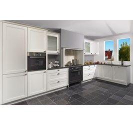 Complete keuken type Windsor bestaande uit: nostalgische schouw, brede ladekasten, glaskasten met melkglas, luxe hoekkast, kunststof werkblad, Boretti fornuis, oven, vaatwasser, afzuigunit en koel-vriescombinatie