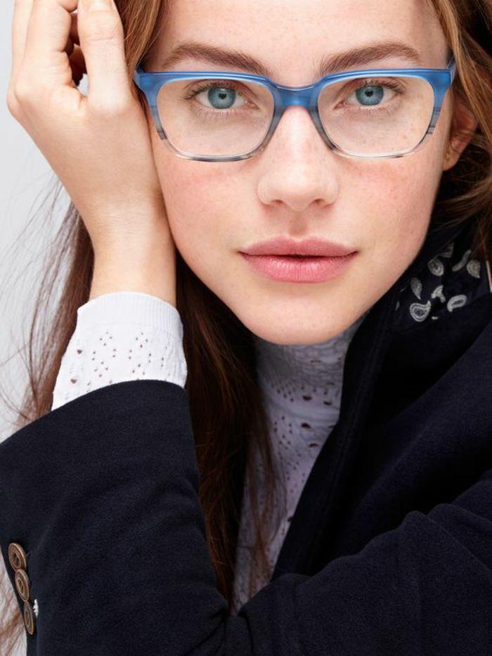 lunette pour visage rond en bleu royal, avec des effets de rayures sur la  partie inférieure de la monture, modèle légèrement étiré sur les tempes f5f46cce1ea3