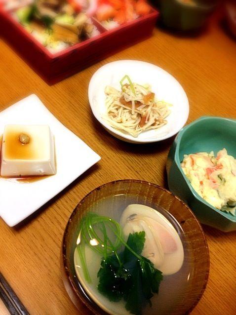 簡単に済ませてしまったけど、娘は嬉しそうに食べてくれました。 - 3件のもぐもぐ - ハマグリ潮汁、ポテトサラダ、ゴマ豆腐、えのきの梅和え、ちらし寿司 by marikomushi