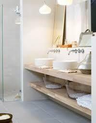 badkamer grijze vloertegels, houten meubel, witte muren - Google zoeken