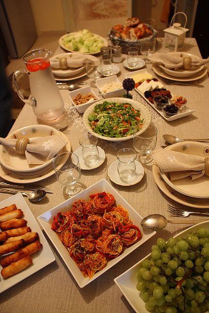 Hafif bir iftar menüsü; –kıymalı börülce yemeği – tulum peynirli & cevizli erişte – jülyen kabak+havuç+közlenmiş k.biber salatası – sigara böreği – fırında kaşar peynirli mantar – yeşil salata – dondurma