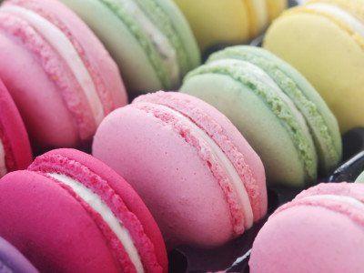 Das perfekte Macarons mit Puderzucker und Mandelmehl-Rezept mit Bild und einfacher Schritt-für-Schritt-Anleitung: Puderzucker und Mandelmehl sieben und gut…