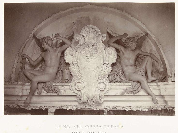 Louis-Emile Durandelle | Twee beelden van mannelijke engelen met een hamer in de hand, zittend aan weerszijde van een medaillon, gesitueerd boven een deurpartij., Louis-Emile Durandelle, Ducher et Cie, c. 1878 - 1881 |