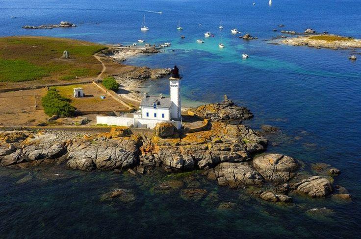 Le phare de l'île aux Moutons - Les Glénan, Bretagne, France. Glénan islands in southern Finistère, with the lighthouse on the island aux Moutons (sheep island). Built in 1878, it is 17 meters high. © Erwan Boisecq