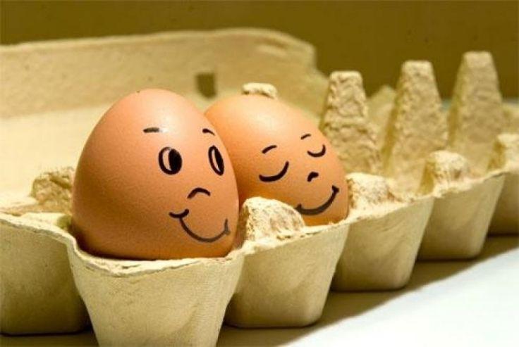 œufs de Pâques avec des dessins de visages  couple sympa