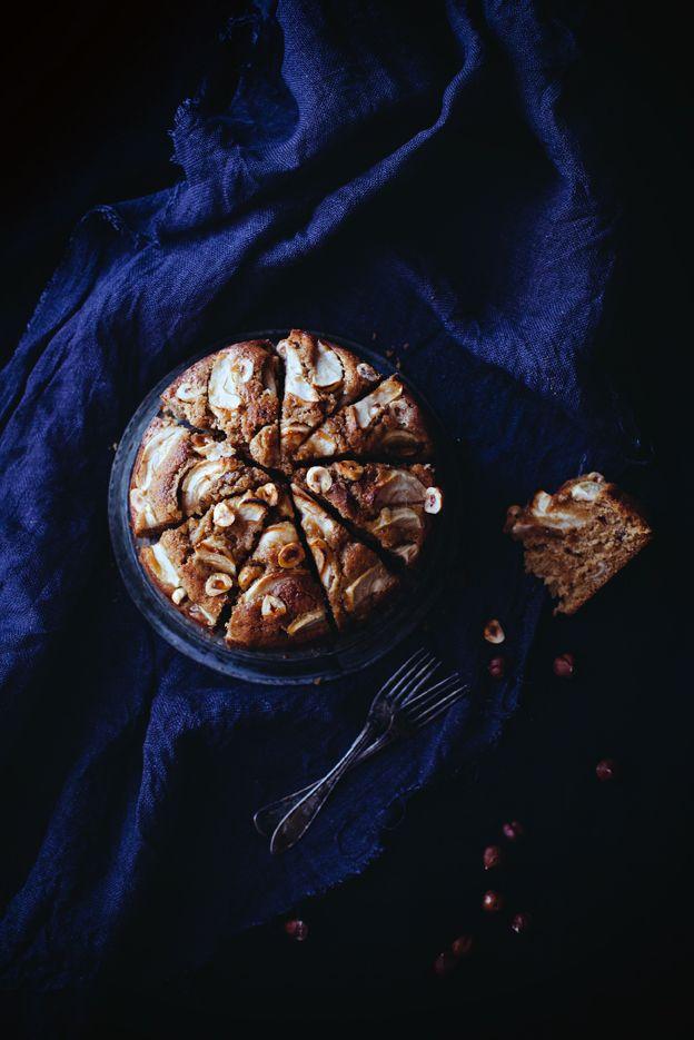 Äppelkaka med kanel, hasselnötter och lönnsirap