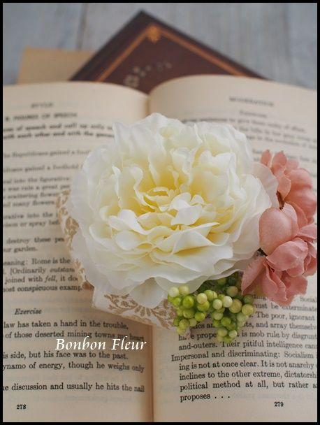 セミオーダー クリーム色のラナンキュラスコサージュ : Bonbon Fleur ~ Jours heureux コサージュ&和装髪飾り