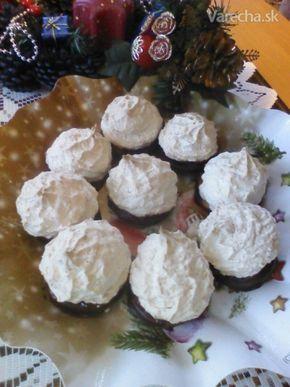 Plnené kokosky 5 bielky 350 g cukor kryštálový jemný 200 g múka kokosová štipka kypriaci prášok do pečiva lekvár ríbezľový pikantný poleva čokoládová na potretie maslo