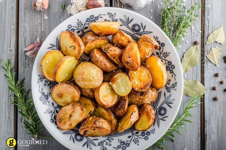 Οι νοστιμότερες πατάτες φούρνου με δενδρολίβανο και σκόρδο - gourmed.gr