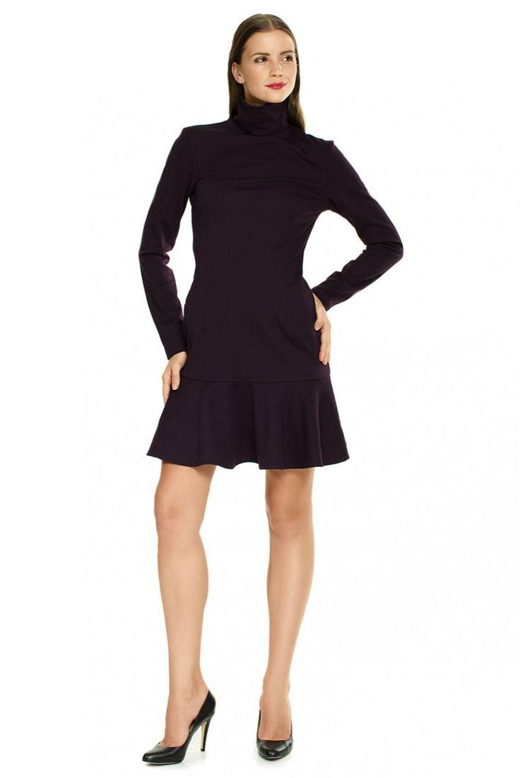 Трикотажное платье с воланом баклажанового цвета.