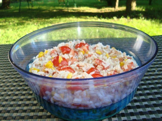 Salade de riz au thon, aux tomates et au maïs par Virginie Moreau