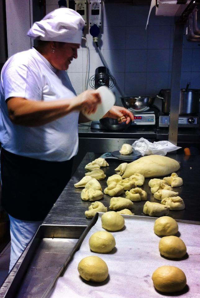 Laboratorio in piena attività! Mariana sta preparando i morbidi panini da farcire per il pranzo!
