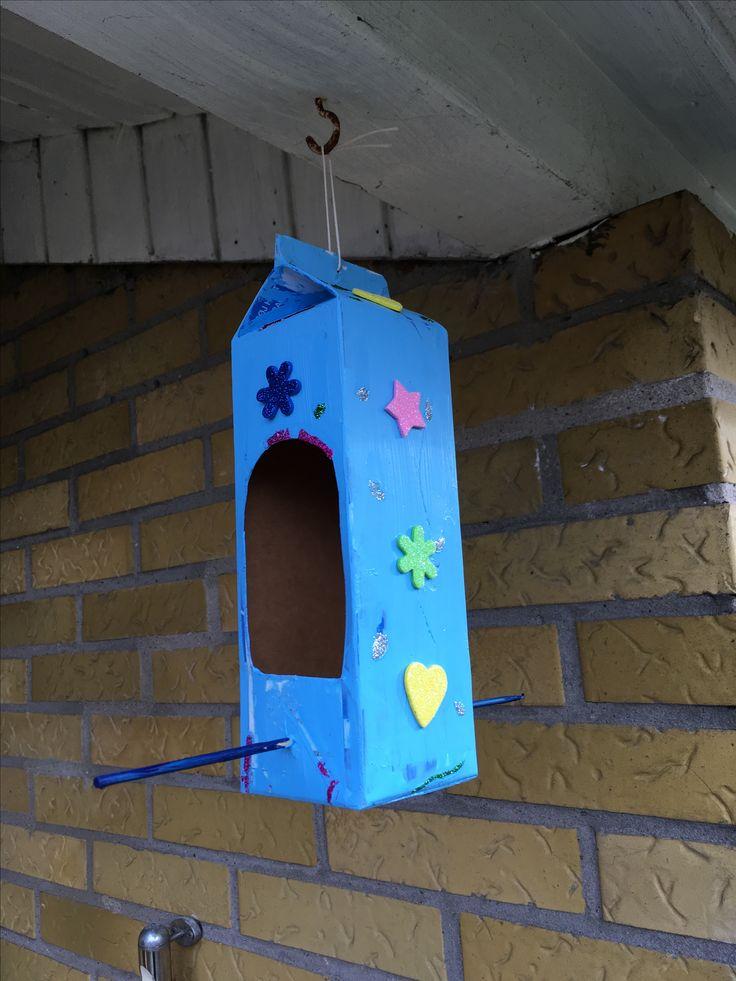 Mælkekarton lavet om til et fuglehus/bræt.