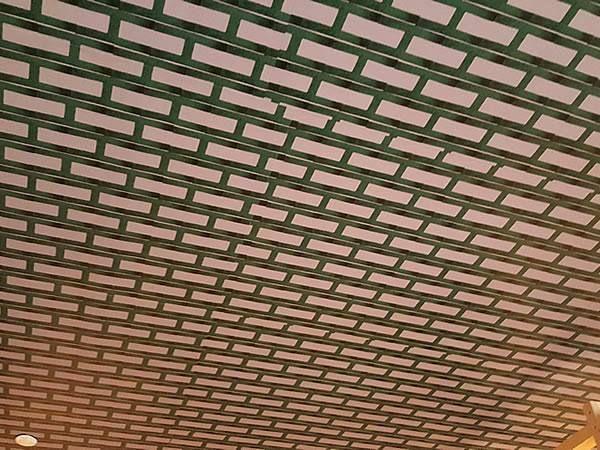 これは竹じゃエルメス2階展示室の天井の模様に日本を取り入れちゃある