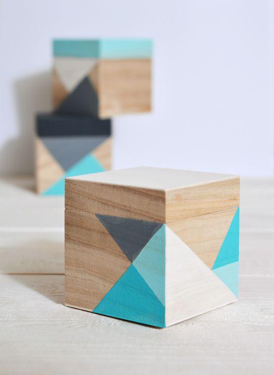 Une petite boîte en bois! Voilà qui fait plaisir à tout le monde, particulièrement aux travailleurs. Pour la réaliser, utilisez du papier collant Masking Tape qui se déchire et ne laissera pas de traces de colle sur la boîte. Cela … Lire la suite