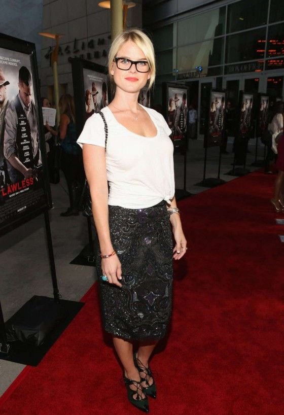 Alice Eve - Hot in Skirt and Glasses-12-560x818.jpg (560×818)