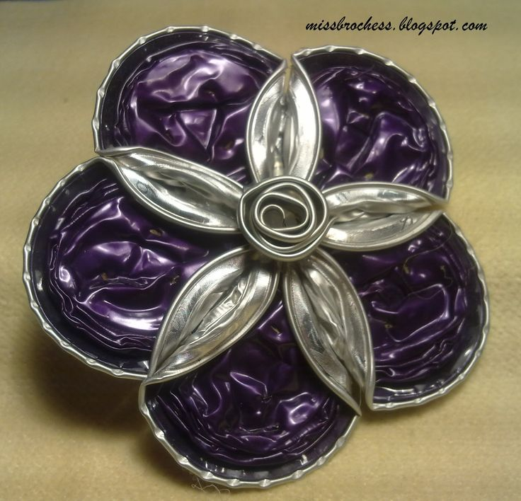 Miss primeros brochess los hice con las cápsulas de nespresso recicladas y pequeños adornos como perlas o cristales. Solo guardo de el...