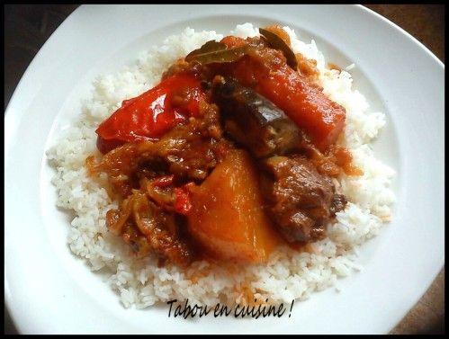 Une recette sénégalaise toute simple et pleins de légumes. Pour 6 à 8 personnes: 1kg de viande 1 aubergine (je mets souvent que la moitié) 2 carotte 2 pommes de terre 1/4 de choux 3 gros oignons 2 grosses cuillères à soupe de tomates concentrées 3 tomates...