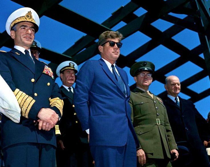 1962. 14 Avril. JFK with the Shah of Iran at Onslow Beach, Camp Lejeune, North Carolina