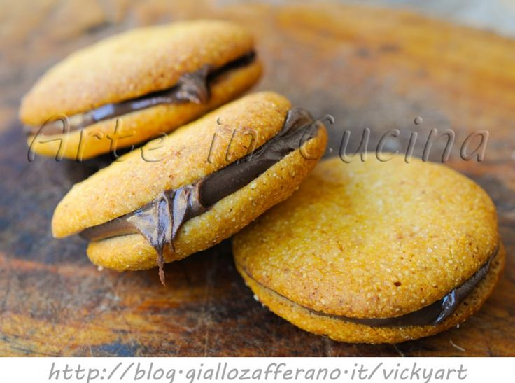Biscotti di farina gialla alla nutella ricetta facile e veloce, ricetta biscotti da colazione, merenda, senza uova, biscotti al miele, dolcetti farciti, dopo cena