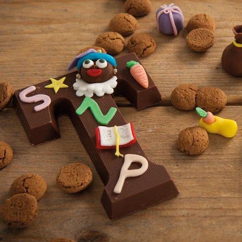 Deze gedecoreerde Sinterklaas chocolade letters zijn perfect voor het heerlijke avondje! Of versier ze samen met je kinderen voor Sinterklaas. Je versiert de letters met geboetseerde marsepein figuurtjes.  Recept: Sinterklaas chocolade letter - Sinterklaas - Recepten  | Deleukstetaartenshop.nl