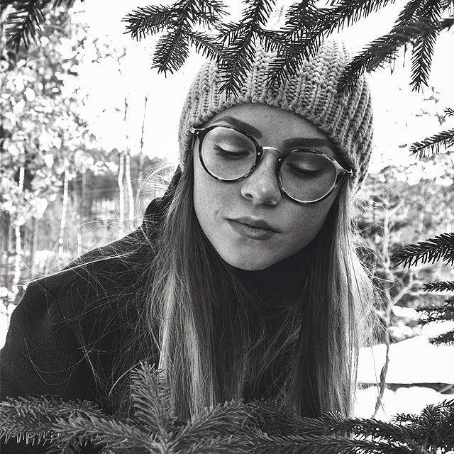 #raybanglasses #rayban #frames #forest #outside #portraitphotography #blackandwhite #trendbookcz #liberec #winter #createcommune #serious #explore #instagram_faces #fashion #look #style #illgrammers #takeapic #freckles #knitted #face #style #staypositive #vagabond #outdoors #underthesky #iglifecz #liberec #glasses #spreadlight #susanetalks