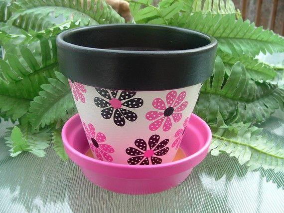 Olla de barro pintadas de flores rosa y negro