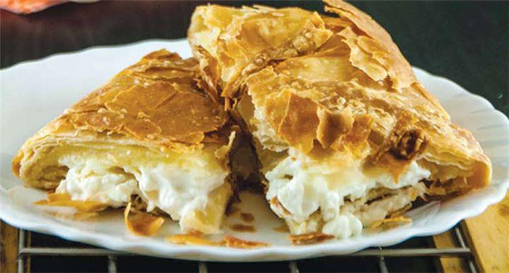 Μια συνταγή για υπέροχη, πεντανόστιμη και εύκολη κρεμώδη τυρόπιτα.    Μια πανεύκολη τυρόπιτα για να απολαύσετε μια λαχταριστή κρεμώδη πίτα με τυριά σε 3 κινήσεις έτοιμη για το φούρνο.    Υλικά  •1 πακέτο φύλλο χωριάτικο  •500 γρ. μοτσαρέλα, θρυμματισμένη  •300 γρ. φέτα