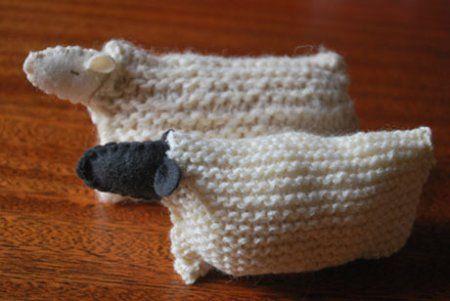 Ovejitas tejidas a partir de un cuadrado y con un trocito de fieltro.
