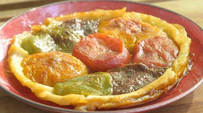 Ingrédients (pour 4 pers.) – 8 tomates de variétés anciennes (2 rouges, 2 oranges, 2 jaunes, 2 vertes) – 1 cuil. à soupe de cassonade – 1 gousse de vanille fendue et grattée – 1 pâte brisée pur beurre – 100 g de cassonade pour...