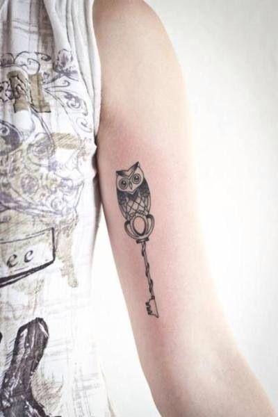 Tattouage clef hibou sur le bras