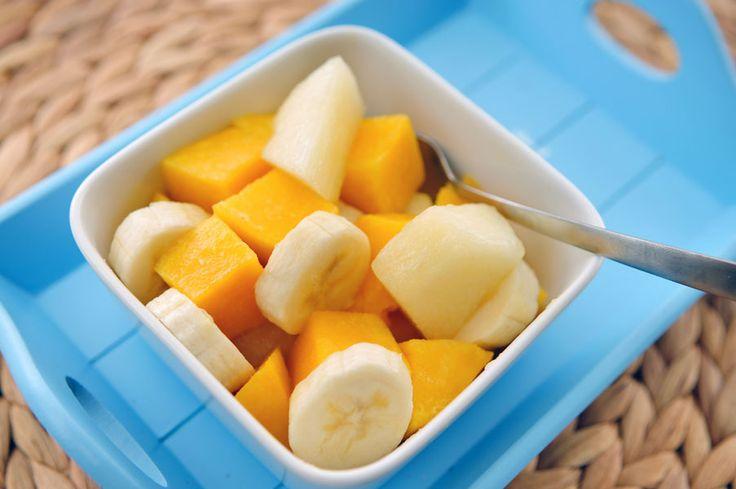 Dit is een heel eenvoudig en snel recept voor fruitsalade. In deze fruitsalade combineren we meloen, banaan en mango. Zacht fruit dat heerlijk smaakt en smelt in je mond.