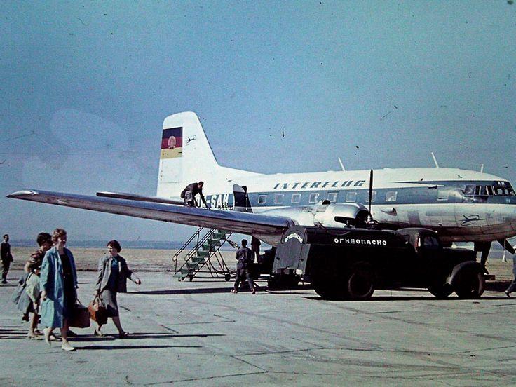Die IL14 DM-SAH der Interflug (in Farbgebung Lufthansa der DDR) mit Tankfahrzeug in Bourgas (Burgas), Bulgarien in den 1960er Jahren (Scan vom Dia)