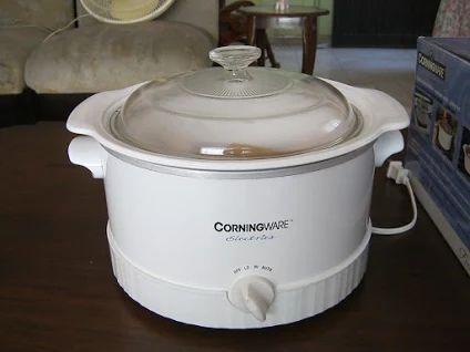 CORNINGWARE.  Olla eléctrica multiuso. Con selector de temperatura automático, bajo y alto. Tapa de cristal transparente. El contenedor interno es removible, se puede utilizar en microondas, horno eléctricos o a gas, y también en estufa como una olla común. Se puede colocar en el refrigerador y en el congelador. Ideal también para servir en la mesa. Retiene el calor de los alimentos y no absorbe olores. ARTÍCULO NUEVO. EN CAJA ORIGINAL. OFERTA LIMITADA: 79.999 Bs.