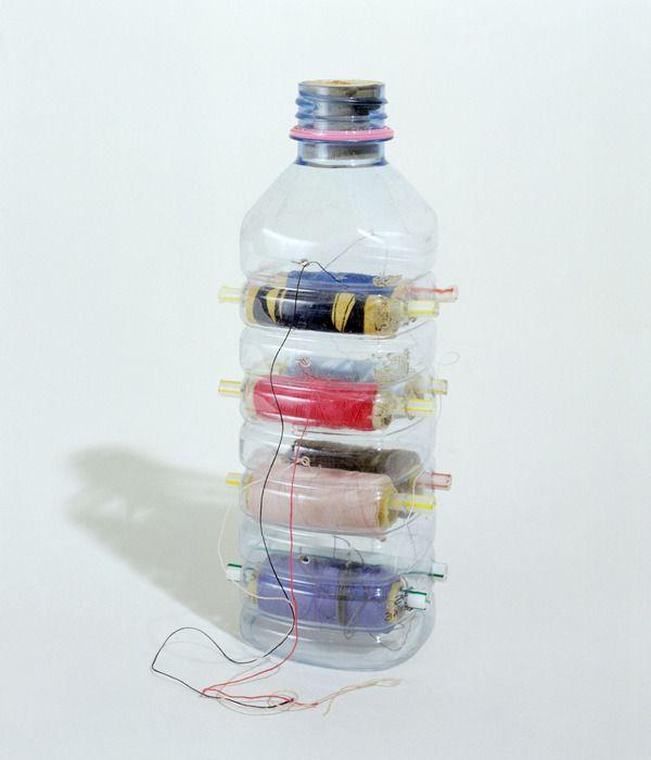Veja que idéia criativa e fácil de fazer para organizar as linhas de costura e facilitar na hora de usar.