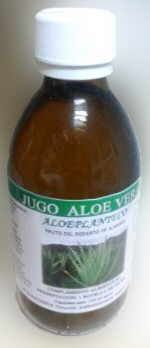 botella de jugo o zumo de aloe vera para beber
