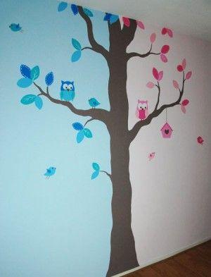 Kinderkamer voor een jongen en meisje. De boom verdeelt de kamer in twee delen, ook goed voor een tweeling. Ontworpen en geschilderd door BIM Muurschildering.