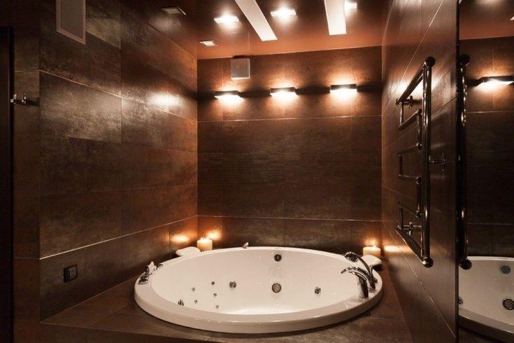 baño con jacuzzi y pared iluminada